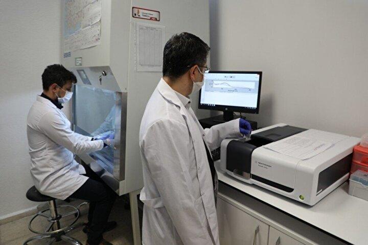 Virüsün replikasyon sistemi ile ilişkili önemli bir enzim olan ve ilaç çalışmalarında inhibisyon denemelerinde kullanılan 3CLpro enziminin, anti-viral ilaçların hedeflerinden biri olduğundan pandemi ile mücadelede önemli bir yer teşkil ettiğini belirten Kısa, Yerli imkanlarla üretilen main proteaz enzimi ile salgınla mücadelede tedavi ve önleyici ilaçların üretimi daha da hızlanacak. Enzimin yerli imkanlarla üretilmesi sayesinde salgınla mücadele etmek için dizayn edilen ilaçların denemeleri in-vitro olarak hızlı bir şekilde gerçekleştirilerek potansiyel ilaç adayı moleküllerin etkinliğinin taranmasında kullanılacaktır diye konuştu.