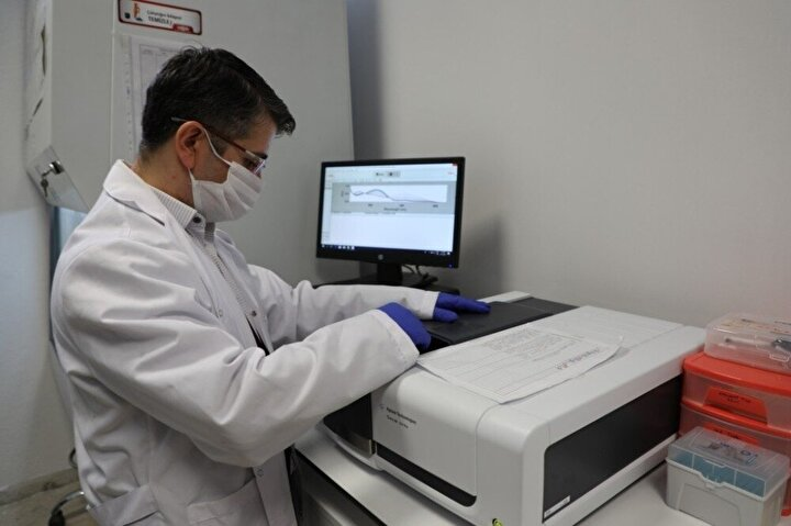 Üniversiteden yapılan açıklamaya göre, laboratuvarlarında 3 ay süren çalışmaların ardından Kovid-19 tedavisinde kullanılacak önleyici ve tedavi edici ilaçların testleri için gerekli olan kritik öneme sahip 3CLpro adlı enzim yerli olarak üretildi.
