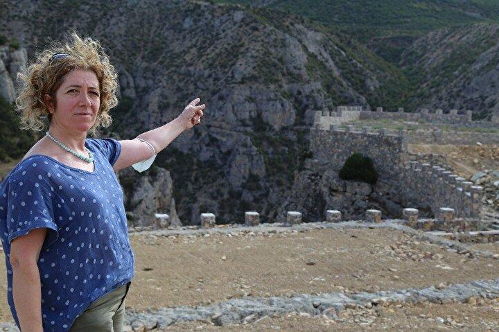 Projenin inşaatı devam ederken, kanyonun üst bölgesinde bulunan taş duvarları gören bazı bölge halkı projeye tepki gösterdi.