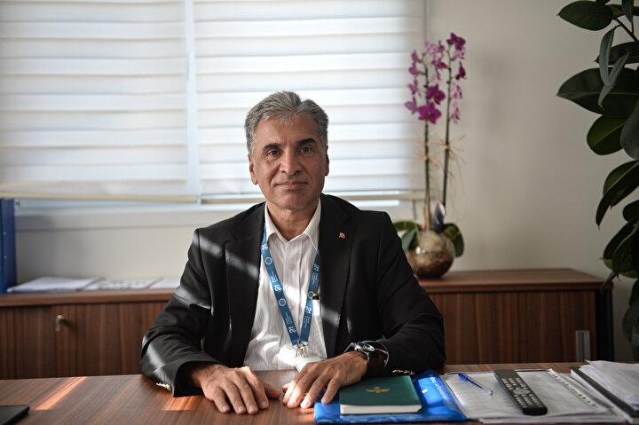 """432'Sİ YOĞUN BAKIM OLMAK ÜZERE BİN 8 YATAK KAPASİTESİ   Pro.Dr  Murat Dilmener Acil  Durum Hastanesinin bağlı bulunduğu SBÜ Dr. Sadi Konuk Eğitim ve Araştırma Hastanesi Başhekimi Prof. Dr. Gökhan Tolga Adaş, şunları söyledi: """"Hastane toplam 75 bin metrekarelik kapalı bir alanı mevcut. Dikkat ettiyseniz yatay bir mimarisi var. Bu yatay mimaride uluslararası standartlara uygun olarak tam orta tarafta kor dediğimiz yani ana yapı dediğimiz  ameliyathane, radyoloji, laboratuvar, yoğun bakım gibi merkezler bulunuyor. Buna yakın çevrede ise çekirdeği tamamlayan diğer yoğun bakım üniteleri ve kliniklerimiz mevcut. Toplam 1008  yatak kapasiteli. 576 tanesi klinik, 432 tanesi ise yoğun bakım yatağı. Bu kadar çok yoğun bakım yatağı açılmasının sebebi pandemi ya da herhangi bir acil durumda multidisipliner olarak çok fazla hastaya hizmet vermek..."""