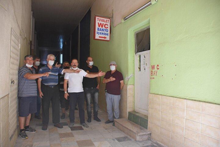 Ali Atlı (67) ise Vatandaşlar zamanında bu camiyi tuvaletleriyle birlikte yaptı. Cami yönetimi olarak yetkinin bize verilmesini istedik ancak olmadı. Tuvaletin kapalı olmasına tepkiliyiz. Gerekirse cami cemaati olarak eylem yapacağız dedi.