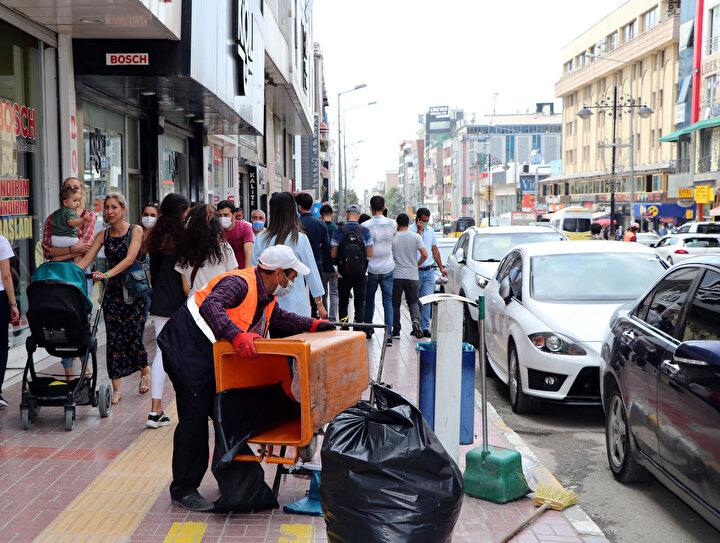 Son bir haftada Türkiyede vaka sayının en çok artış gösterdiği kentlerden biri olan Vanda bazı vatandaşlar, kuralları hiçe sayıp, maske takmadıkları gözlenirken, polis ekipleri sürekli denetimler yaparak vatandaşları maske takması, sosyal mesafeye dikkat etmeleri ve hijyen kurallarına uymaları konusunda uyarılarda bulunuyor. Kent merkezindeki bir banka şubesinin önünde sosyal mesafeye dikkat etmeyip, kuyrukta bekleyen vatandaşların görüntüsü ise tepki topladı.
