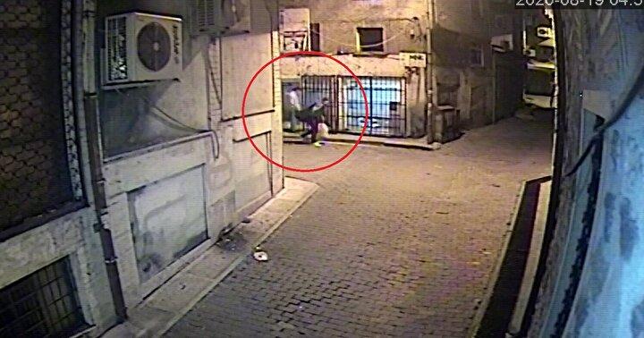 Kentte yaşayan ve 19 Ağustos sabahı iş yerine gelen S.A., kepenklerin kırıldığını ve içeriden çok sayıda akıllı telefonun çalındığını fark etti. S.A., bunun üzerine polise hırsızlık ihbarında bulundu.