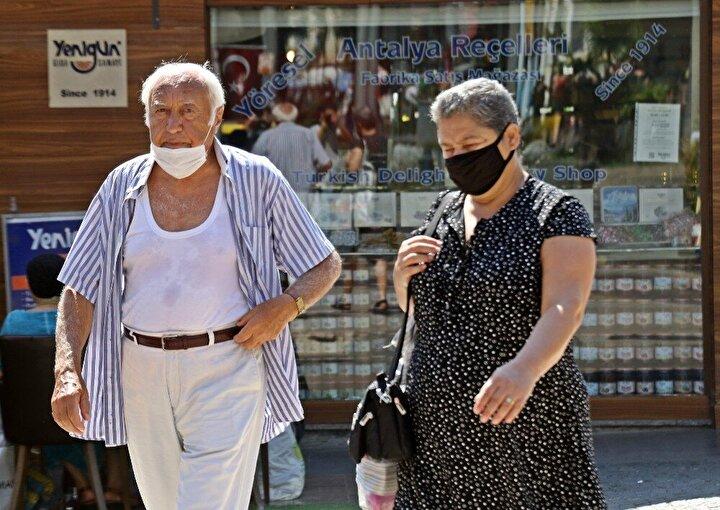 """Vatandaşlardan 76 yaşındaki Nazım Erdoğan da havanın çok sıcak olmasının yanı sıra nemin de bunaltıcı olduğunu belirterek, """"Serinlemek için gömleğimi açıyorum hava geliyor. Maskeyle de zor oluyor ama mecburi takıyoruz. Sıcaktan ziyade nem de kötü."""" ifadelerini kullandı."""