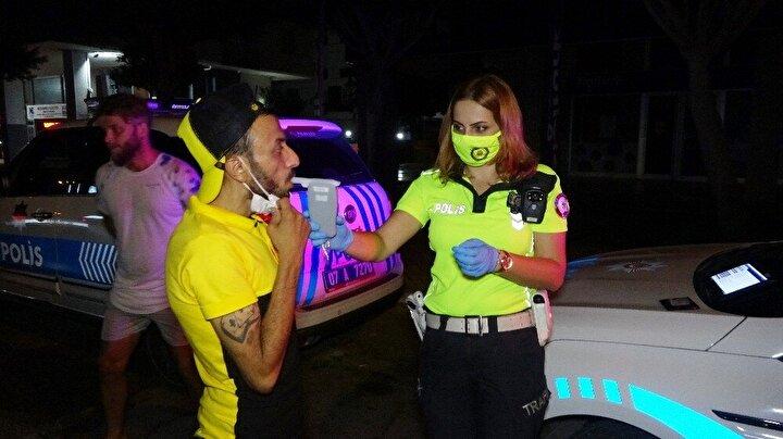 """Maske uyarısı yapıldıktan sonra maskesini takan sürücülerden Onur Uğur, """"Toplum için çok güzel bir şey hoşuma gitti.Yapılması gereken uygulama emniyet kemeri kimlik ve maske uyarıları hepimiz için önemli"""" dedi."""