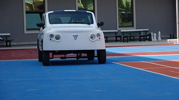 """Uzun müddettir Uludağ Üniversitesi topluluğu olarak elektrikli araç üretimi için çalışmalar yaptıklarını belirten elektrik elektronek mühendisliği öğrencisi Begüm Hatice Yılmaz, """"Liseli arkadaşlarımız böyle bir otomobil üretmek istediler. Bizler de onların hayallerine yardımcı olmak istedik. Gelecekte artık benzinli araç kalmayacak. Dünya elektrikli araca geçecek. Türkiye de otomobil üretimine elektrik olarak başladı. Özellikle TOGG fabrikasının açılması bizim için çok güzel. Yarışmalara katılarak böyle kendimizi Türkiye'yi, Bursa'yı daha ilerilere taşıyabiliriz"""" diye konuştu."""