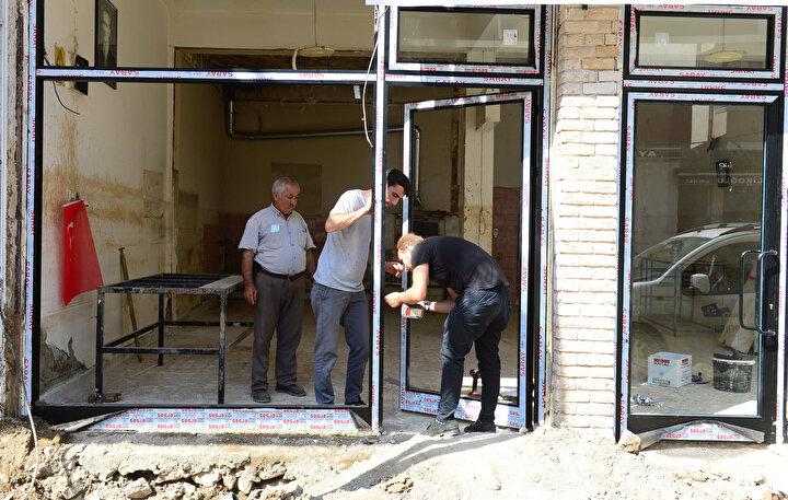 İlçede fotoğraf stüdyosu bulunan Muzaffer Angun,  esnaf olarak sel felaketinin ardından daha yeni yeni toparlanmaya başladıklarını söyledi.