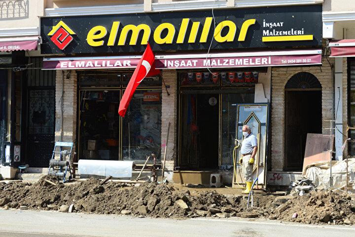 Devletin çok kısa zamanda ilçede rusubatı kaldırdığını belirten Angun, İş yerimizdeki çamur kısa zamanda temizlendi. Biz de şu anda dükkanın içini tamir ettirmeye çalışıyoruz, faaliyete geçmek için bir an önce içerisini onarmaya gayret gösteriyoruz. dedi.