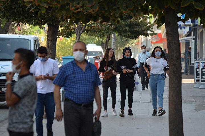 Aksaray'da düğün, taziye ve toplu etkinlikler nedeniyle koronavirüs vakalarında artış oldu. Sağlık Bakanı Fahrettin Koca, dün yaptığı açıklamada, Ardahan ve Aksaray'da son 1 hafta içinde vaka sayısında artış olduğunu belirtti.
