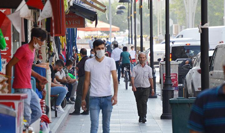 """Maske takmayanların hem kendilerinin hem de başkalarının hayatını tehlikeye attığını belirten kent sakinlerinden Aydan Altun, Özellikle kapalı alanlarda çoğu kişi maskesiz geziyor. Dışarıda da maske takmamız gerekiyor. Özellikle mağazalarda satıcılar ve gelen müşterilerin takması gerekiyor. Çünkü gerçekten çok fazla maske takmayan insan var. Bir kişi, birçok insanın hakkına girebiliyor. Sen maske taksan bile karşı taraf takmadığı zaman bu hastalık çoğalıyor. İnsanların hiçbiri bu duruma dikkat etmiyor. Eğer herkes kurallara uyarsa bu virüsü atlatabiliriz. Ayrıca uymayanlara gerekli cezaların verilmesi gerekiyor"""" diye konuştu."""