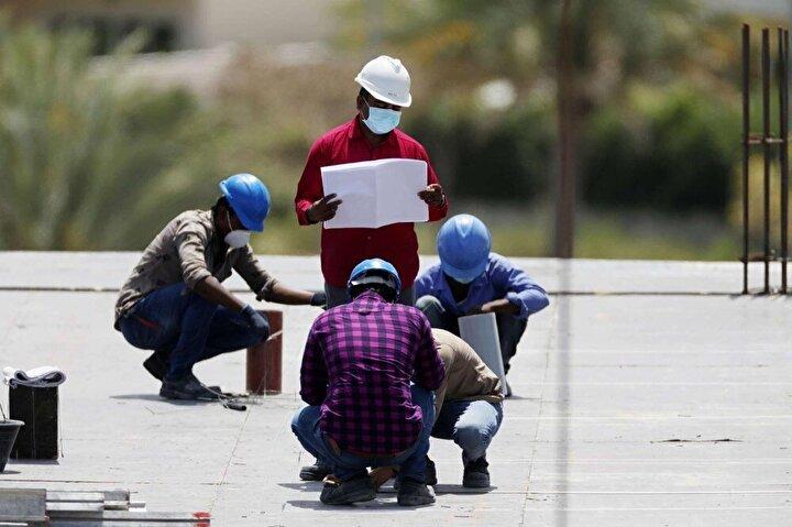Bununla birlikte, salgının başlarında BAE hükümeti, mavi yakalı göçmen işçi çalıştıran şirketlere, işten çıkarılmış olsalar bile ülkede kaldıkları süre boyunca yiyecek ve konaklama sağlamaya devam etmelerini emretti. Ancak birçok şirket buna uymadı ve işçileri gıda bağışlarına bağımlı hale getirdi. Dubai hükümeti ise  Guardian'ın bu konudaki yorum talebine yanıt vermedi.