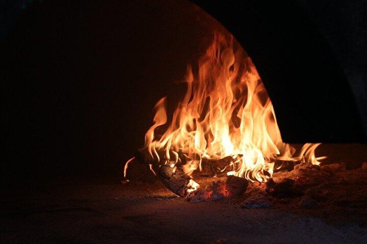 """Kentte dışarıda hissedilen sıcaklığın mangal başında ikiye katlandığını söyleyen kebapçı Yaşar Aydın, """"Gerçekten son yılların en yüksek sıcağını yaşıyoruz. Hakikaten 45-48 derece diyorlar ama termometre 52 dereceyi buluyor."""