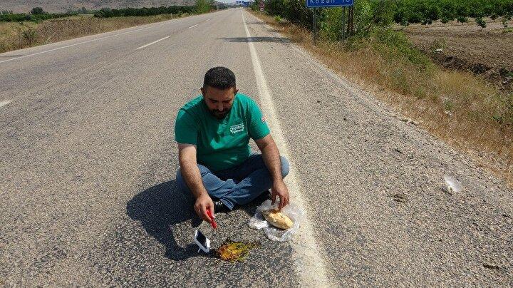 """Mercan, """"Çukurova yanıyor. Bizde asfaltta sucuk ekmek yaptık. Asfaltta yumurta kırmışlardı bizde buna sucuk ekledik. Sucuğumuz pişiyor..."""