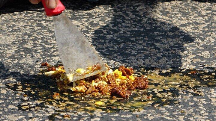 Adana'nın Kozan ilçesinde termometrelerin öğlen saatinde 53 dereyi göstermesi ve telefonların aşırı sıcak nedeniyle çalışmadığı Kozan'da Murat Mercan isimli bir esnaf sıcaklık testi için asfaltta önce sucuk pişirdi ardından üstüne yumurta kırdı.