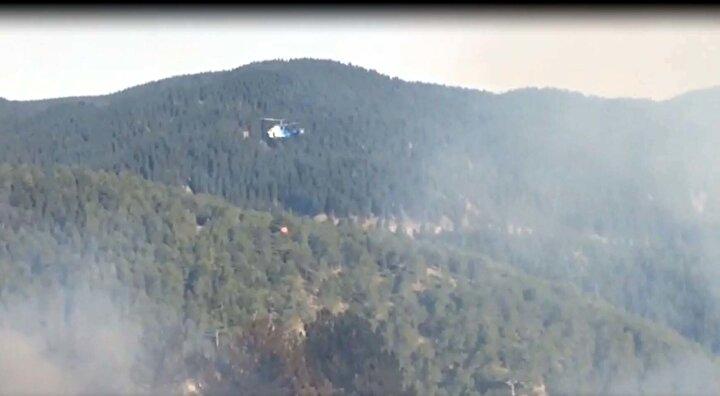 Yangınına 2 uçak, 3 helikopter, 40 arazöz, 15 dozer ve 160 orman personeli ile müdahale ediliyor.