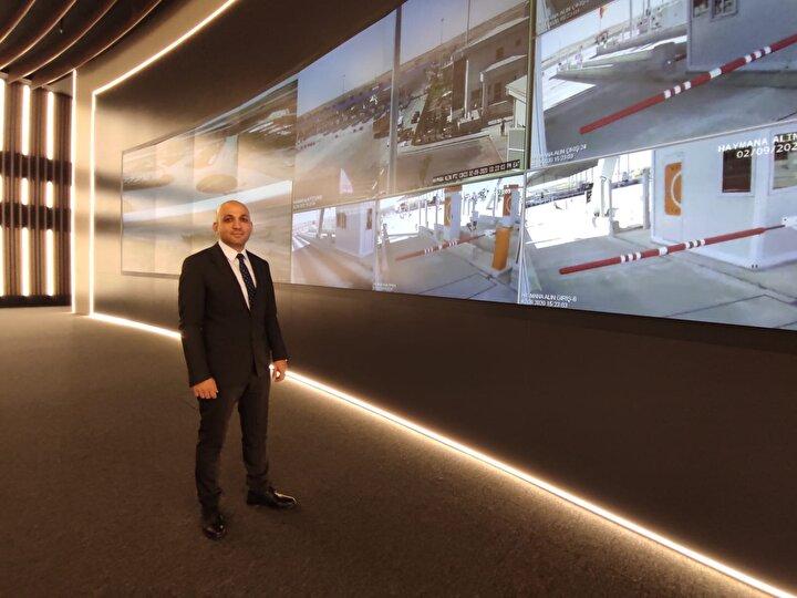 Mustafa Akbaş, otoyol güzergahında 65 değişken mesaj işareti olduğunu dile getirerek, sürücülerin kaza ya da diğer tehlikeli durumlarda bu işaretlerle uyarılacağını bildirdi. Akbaş, Değişken işaretler sayesinde yönlendirmeler yapılıyor. Bu şekilde otoyolumuzun güvenliğini sağlıyoruz.
