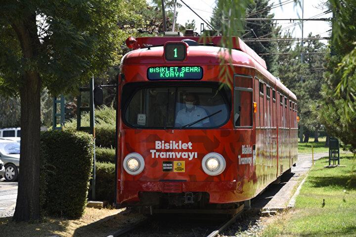 Konya'da bisiklet kullanıcıları, özellikle uzun mesafelere varmak veya soğuk havalarda uzun süre bisikletiyle bir noktadan diğer noktaya ulaşmak için artık bisiklet tramvayı ve bisiklet aparatlı otobüsleri tercih edebilecek. Büyükşehir Belediyesi, şehir içi ulaşımda 1992'den 2015 yılına kadar Konyalılara hizmet veren emektar tramvaylardan birini bisiklet tramvayına dönüştürdü. Bazı ülkelerde yolcuların seyahat ettiği tramvaylara bisiklet ile binilebiliyorken, sadece bisiklet kullanıcılarına özel olarak hizmete sunulan bisiklet tramvayı ise bu yönüyle Konya'yı diğerlerinden farklı kılıyor.