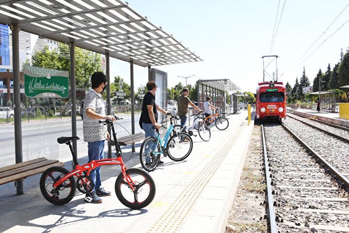 Toplu ulaşımda Türkiye'ye rol model olan Konya Büyükşehir Belediyesi, şehir içi ulaşımda kullanılan otobüsler için de bisikletli dönemin başlangıcını yaptı. Bisiklet kullanımının yaygınlaşması amacıyla otobüslerin arka kısmına bisiklet taşıma aparatları yerleştirildi. İlk etapta 50 otobüste uygulanmaya başlanan çalışma, yakın zamanda tüm otobüslerde hizmet verecek.