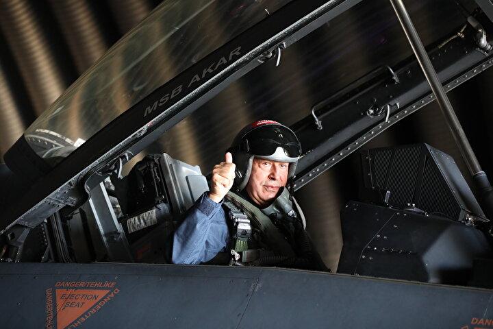 Milli Savunma Bakanı Hulusi Akar, Hava Kuvvetlerinin yeni uçuş eğitim yılının açılışını Egenin kuzeyine yaptığı özel uçuşla gerçekleştirdi. Hava Kuvvetleri Komutanı Orgeneral Hasan Küçükakyüzün de eşlik ettiği dörtlü kol uçuşunda Akar, Çanakkale Şehitler Abidesini selamladı.