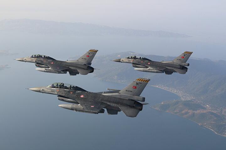 Diğer pilotlarla katıldığı uçuş brifinginin ardından Bakan Akar, beraberinde Hava Kuvvetleri Komutanı Orgeneral Küçüakyüz ve Muharip Hava Kuvveti Komutanı Orgeneral Atilla Gülan ile teçhizat odasına gitti.