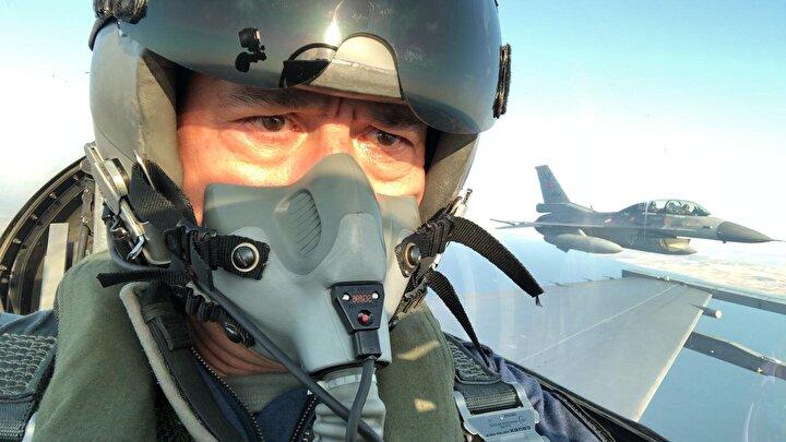 Uçuş teçhizatlarını kuşanan Akar ve komutanlar önce uçak başına, buradaki son kontrollerin tamamlanmasının ardından ise F-16nın kokpitine geçti.