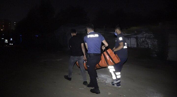 Saldırganlardan biri belindeki tabancayı çıkararak Özbaşı sağ bacağından vurdu. Saldırganlar olay yerinden kaçarken Özbaş, yardım istemek için yakınlarındaki evlere doğru sürünmeye başladı.