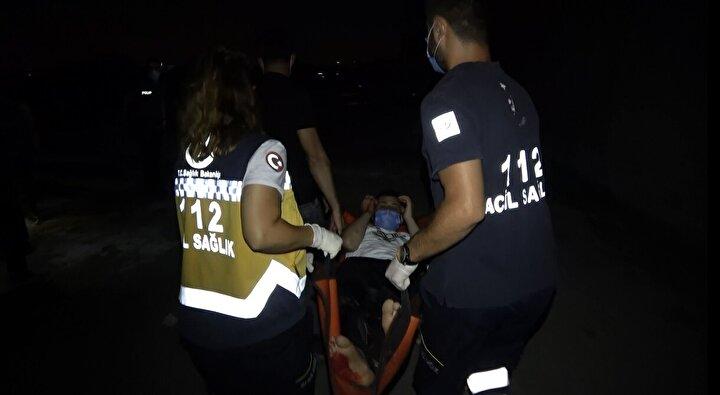Yaralı halde 5 metre sürünen Özbaş, daha fazla ilerleyemedi. Yanında cep telefonu bulunmayan Özbaşı, devriye gezen polis ekipleri fark etti.