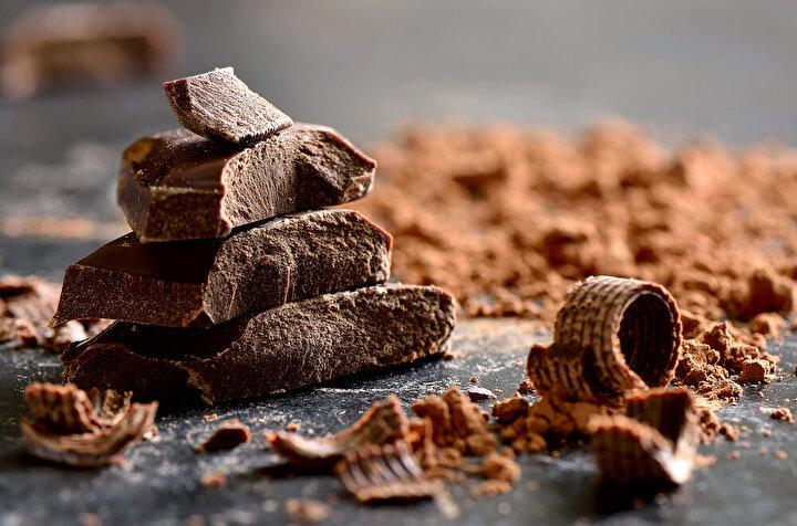 Bitter çikolata: Bitter çikolata içerisindeki kakao yoğun miktarda iyi bir antioksidan olan flovonaid içeriyor. Bu flovonoidler cildin sıkılaşmasında önem taşıyor. Günlük olarak 20 gramı geçmeyecek şekilde ve yüzde 70'in üzerinde kakao içeren bitter çikolata tüketebilirsiniz. Yüzde 70'in altındakiler daha fazla şeker içerdiği için cilt sağlımız açısından uygun olmayacak.