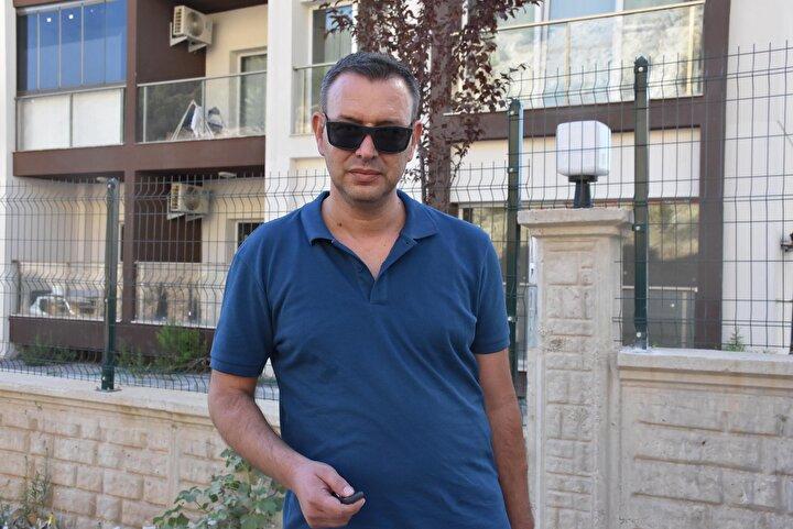 Site sakinlerinden Erkan Atacan, Ben bu apartmanda oturuyorum. Her gün buraya gelip gidiyorum. Yollarımız çok kötü. Bunun bir an önce yapılması gerekiyor. Ben yoldan geçerken çok korkuyorum. Büyük arabalar buradan geçemiyor. Çok toz oluyor. Her gün arabamı yıkatmak zorunda kalıyorum.