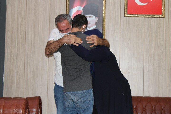 Terörist hakkındaki işlemler Mardin İl Emniyet Müdürlüğü TEM Şube Müdürlüğünce yürütülürken çocuğuna kavuşan anne, Diyarbakır'daki bütün annelere selam olsun. 7 yıldan sonra oğluma kavuştum. İnşallah herkes çocuklarına kavuşur, Allah devletimizden razı olsun diye konuştu.