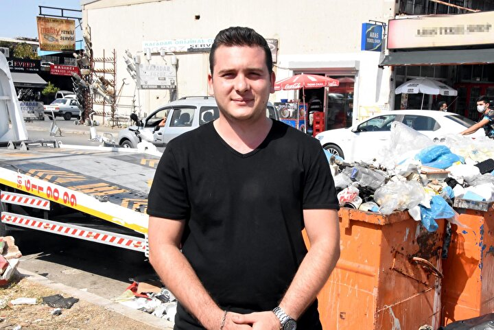Otomobil yedek parça işinde çalışan Göktuğ Özçınar, çöp sıkıntısının 10 gündür devam ettiğini belirterek, İzmire yakışmayan bir görüntü. Çok güzel bir şehirde yaşıyoruz ama sanayi olduğu için bakımsız. Belediye anlamında sıkıntı yaşıyoruz. Çöpler toplanmıyor, elektrik, su sıkıntımız var. Belediyeyi arıyoruz, cevap vermiyorlar. Geri dönüş sağlanmıyor. Çöpler kokuyor, dükkanlarda fareler oluyor. Uğraşıyoruz. Müşteri kaybı yaşıyoruz. Esnaf olarak belediyenin biraz daha iyi çalışıp, esnafı düşünmesini istiyoruz. Yollar ve kaldırımlar çok kötü. Her yer çukur diye konuştu.