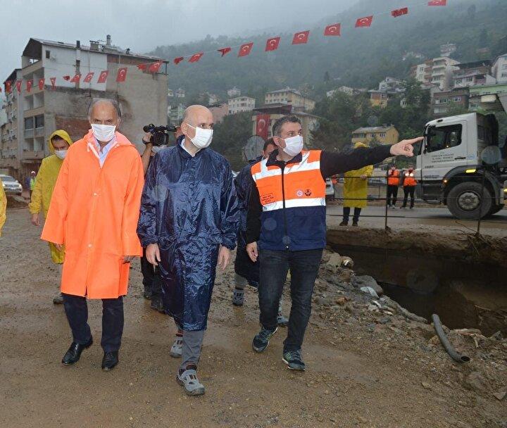 Bakan Karaismailoğlu ve beraberindeki heyet Dereli ilçe merkezinde devam eden çalışmaları inceleyerek yetkililerden bilgi aldı.