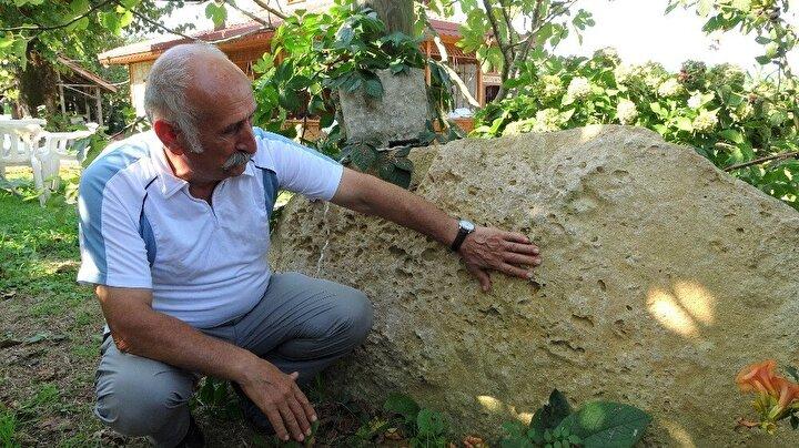 Geçmişte, imece usulü birbirlerinin evlerini yapmaya başlayan insanlar, köyün hane sayısını arttırırken, Gürcistan'da Müslümanlar tarafından kullanılan bir gelenek olan namaz taşları da unutulmadı. Bahçeden ve dışarıdan gelen ev sahipleri ile yoldan geçen insanlar için eve ait bahçenin bir köşesine kıbleye karşı yerleştirilen taşın bir özelliği de önünde dikili bir ağacın bulunması. Bu ağaç sayesinde taş üzerinde namaz kılanların önünden insanların geçmesi engellenmiş oluyor.