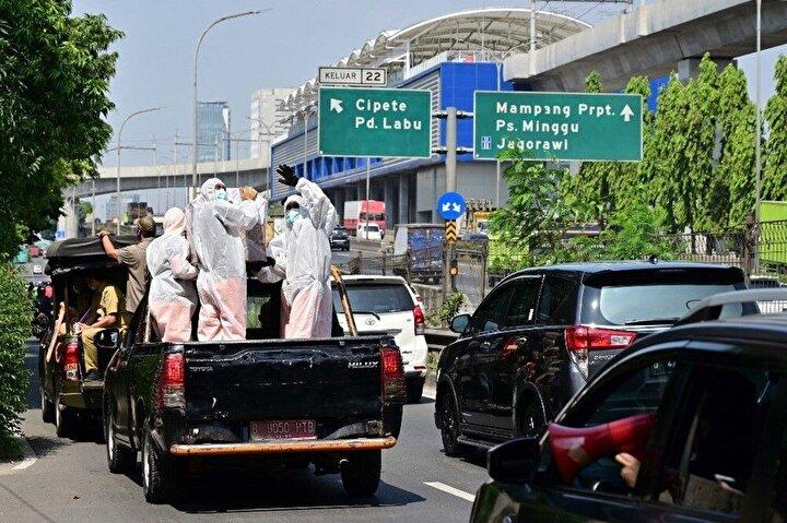 Endonezyada koronavirüs salgınında maskenin öneminin anlaşılması için Cakarta ilginç bir uygulama deniyor.