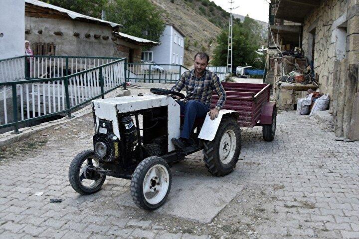 """Yaz başında 2 aylık uğraşla yaptığı traktörünü yaz boyunca babasının bağ bahçe işlerinde kullandığını, römorkunda yük taşıdığını kaydeden Nar, """"Bütün işçiliğini, şasesini kendim yaptım. Hazır olarak sadece motor, şanzımanlar ve diferansiyel var. Freni disk fren yaptım mafsala. Bir hidrolik bu aracı durduruyor. 2 çeker bir araç. Babam bindi, beğendi. Babam ilk başta beğenmedi ama biraz yük taşıyınca ondan sonra beğendi"""" dedi."""