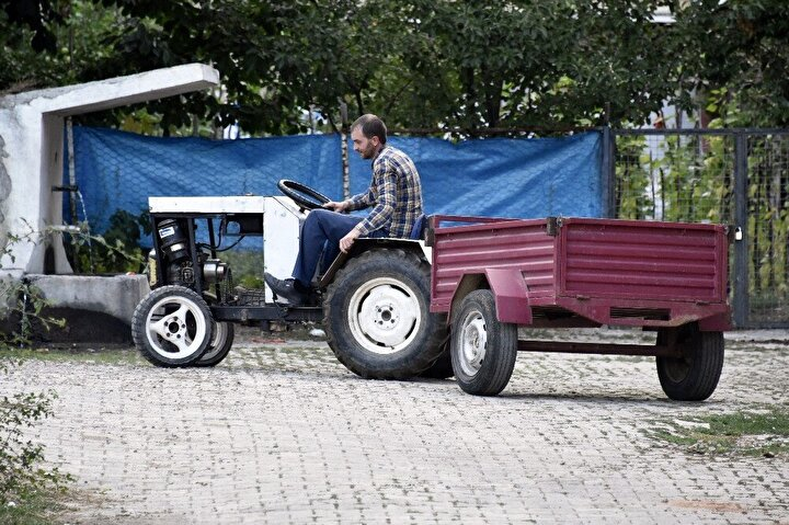 """Yaptığı traktörle babasının yaz başından beri odun, ot, taş, kum taşıdığını ve traktörün yaklaşık 1,5-2 tonu rahat taşıdığını belirten Nar, herhangi bir teknik bilgisi ve bu konuda eğitimi olmadığını, ayrıca bu konuyla ilgili birisinin yanında da çalışmadığını söyledi. Nar, """"Babamın bir atı var. Durmadan atla odun taşıyor, bağ bostan sürüyor. Baktık bu işler biraz zor. Dedik bir traktör alalım. O da biraz pahalı olunca kendim tasarlayıp yapmaya başladım. Aklımda nasıl bir şey yapacağımı oluşturdum. Biraz da sosyal medyadan yardım alarak, izleyerek böyle bir girişime başladık. Parçalarını yavaş yavaş topladım. Arabalardan çıkan hurda malzeme zaten. Motorunu, şanzımanını, diferansiyelini sanayiden aldım"""" şeklinde konuştu."""