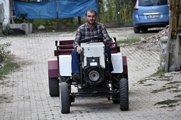 """Aracın motorunun 8,5 beygir gücündeki iple çalıştırılan """"pancar motoru"""" olduğunu dile getiren Nar, """"Motorun hemen bitişiğine Ankara'dan sipariş verdiğimiz özel yapım otomatik şanzımanı yerleştirdik. Bu traktörde debriyaj yok. Hem otomatik hem vitesli bir araç. Biz kendimiz tasarladık bunu. Arkasında TOFAŞ şanzımanı ve TOFAŞ arabaların diferansiyeli var. Arka lastiklerdeki jantlar at arabasının, ön lastikler skoter lastikleri. Toparlayarak bunu yapmayı başardık. Yaz başında yaklaşık 2 ay sürdü yapmamız. Şimdi at yerine bunu kullanıyoruz. Bin 500 liraya mal ettim"""" ifadelerini kullandı."""