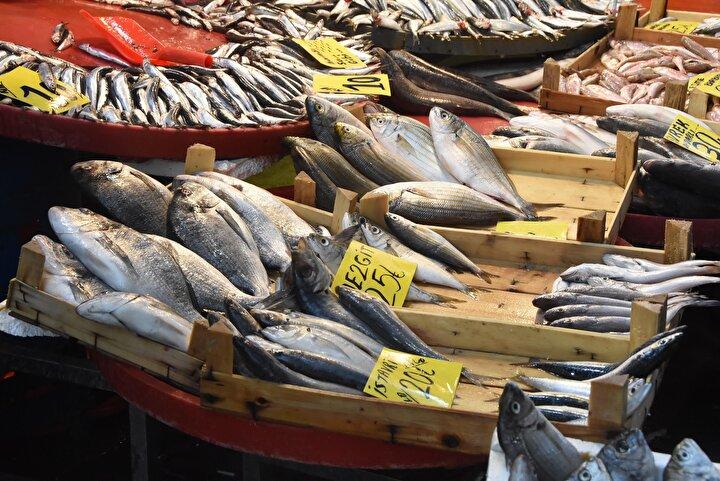 Balıkların uygun hijyenin sağlandığı ortamlarda muhakkak içme suyu kalitesindeki suyla ıslatılarak tezgahta tutulması gerekiyor.