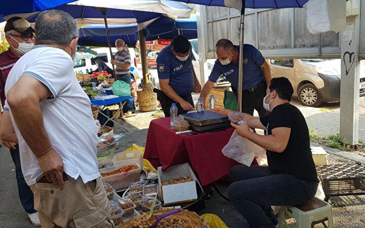 Kocaelinin İzmit ilçesinde halk pazarında vücuduna yorgun mermi isabet eden esnaf yaralandı.