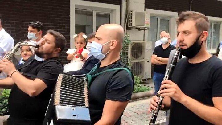 Esenler Menderes Mahallesinde bulunan özel bir hastanenin acil servisinin bulunduğu 307nci Sokakta oturan gelinin, damat ve yakınları tarafından evden alınması için hazırlık yapıldı.