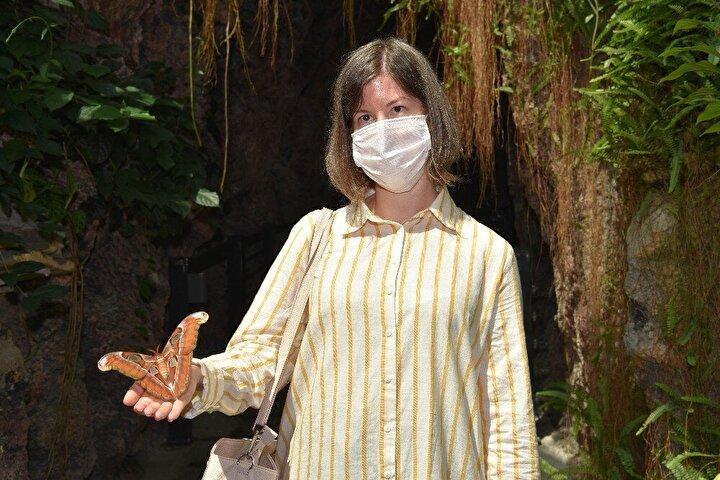 """Tropikal bahçeyle ilgili bilgi veren Biyolog Turgut Tuş, """"Büyüklüğüyle Avrupa'nın en büyük, Türkiye'nin ilk Tropikal Kelebek Bahçesi'nde bulunuyoruz şu an. Bahçemiz 28 derece, yüzde 80 nem değerlerinde sabit tutularak bir tropik iklime sahip. Ziyaretçilerimiz burada tropik bir adadaymış gibi hissedebilirler kendilerini. Bahçemiz içerisindeki kelebekler Filipinler, Kenya, Kosta Rika gibi tropikal ülkelerden geliyor."""
