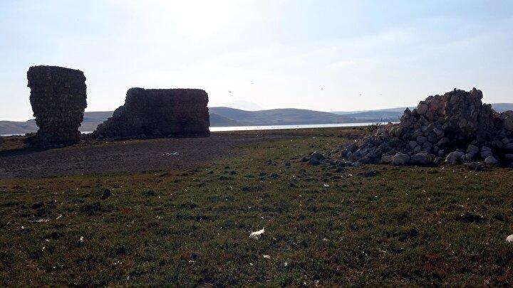 Vanın Erciş ilçesine bağlı Çelebibağ Mahallesinde Van Gölündeki su çekilmesi, batık şehirlere ait kalıntıların ortaya çıkmasını sağladı.