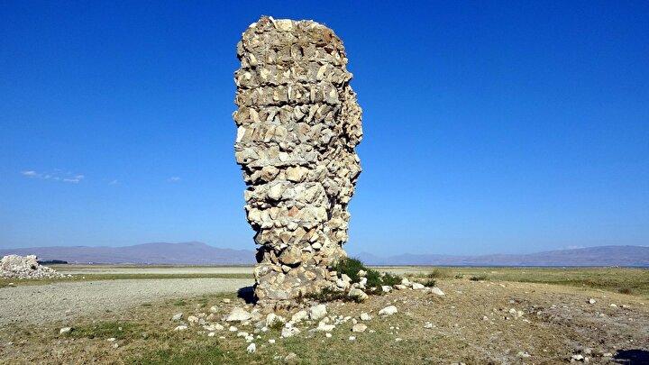Erciş ilçesinin 1840lı yıllara kadar da Çelebibağ kıyılarında yerleştiği, ancak su seviyesinin yükselmesiyle ilçenin zamanla yerleşimini değiştirmek zorunda kaldığı belirtiliyor.