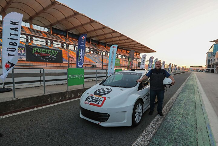 310 BEYGİRLİK ARAÇ Daha sonra Bakan Varank, Avitas Motorsports'un Dünya Ralli Kros Şampiyonasında kullanılan 2.4 litre motor hacmine sahip 310 beygir güç üreten yerli ve milli otomobilinin direksiyonuna geçti.