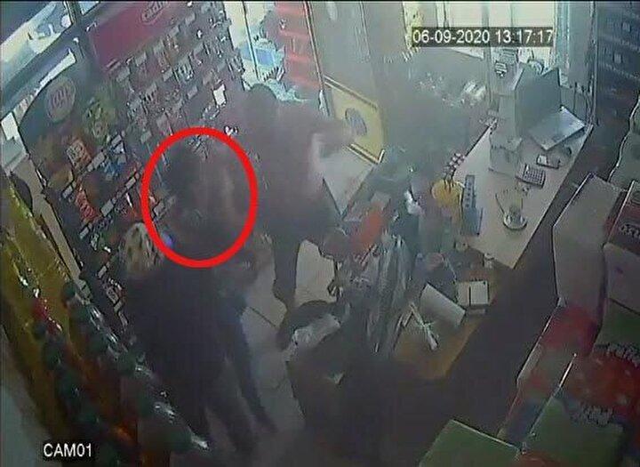 Yere yığılan Gültekine tekmeler atmayı sürdüren Kürşat Z. ardından büfeden çıkıp kaçtı. Saldırı anı, iş yerinin güvenlik kamerasına yansıdı.