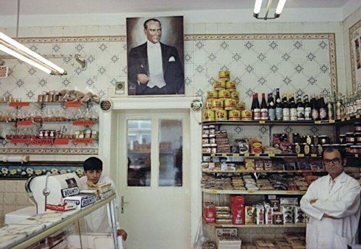 1979 yılına dek bu seri üzerinde çalışan Höfer, çalışmalarında genellikle iç mekandaki insanları fotoğrafladı.