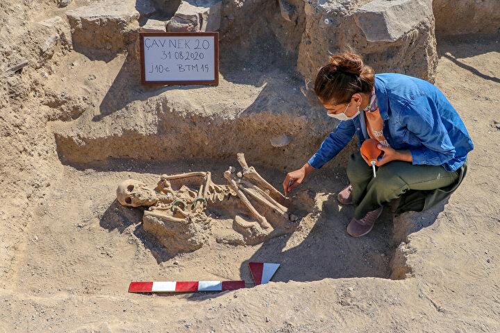 Ekipte yer alan antropologların laboratuvar ortamında iskeleti incelemesiyle kadının ölüm nedeni ve net yaşı belirlenecek.