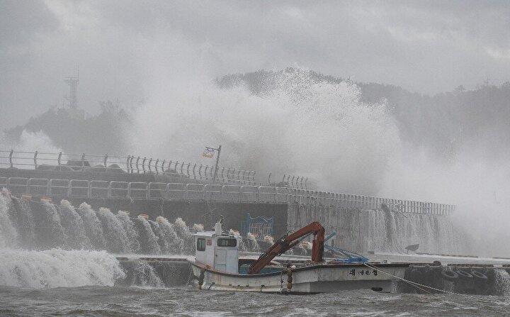 Tayfunun Kore yarımadasına doğru ilerlediğini açıklayan Japonya Meteoroloji Ajansı (JMA), ancak bu hafta oluşabilecek şiddetli yağmur, kuvvetli rüzgar, fırtına dalgalarına karşı önlem alınması çağrısında bulundu.