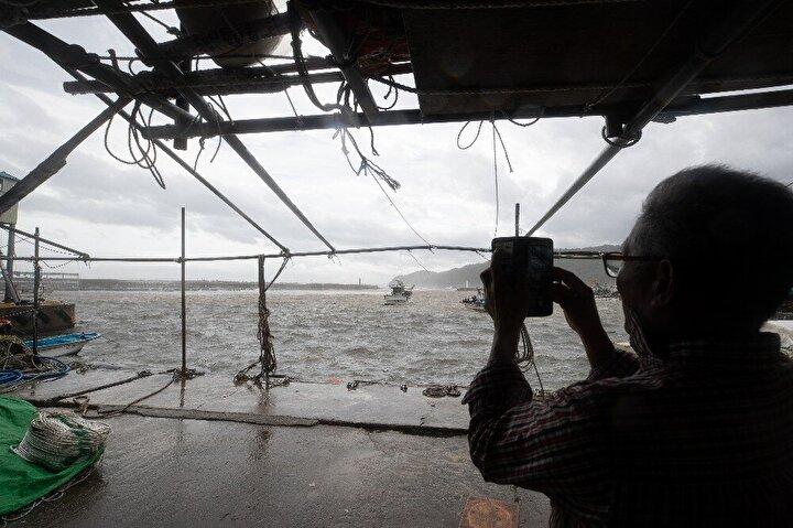 Daha önce yaklaşık 8 milyon insanın tahliye edilmesi çağrısı yapılan Kyuşuda tayfunun bölgeyi terk etmesini bekleyen halk, geceyi tahliye merkezlerinde ve otellerde geçirdi.