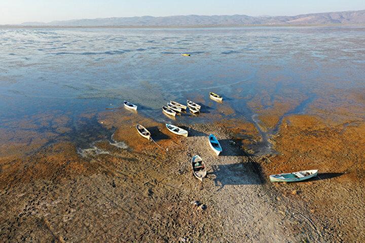 Gölde su azaldığı için balık üretiminin düştüğünü dile getiren Yassı, Buradaki bütün civar köyler balıkçılıkla geçimini sağlıyor. Şu anda son bir kaç yıldır gölümüzde kuraklık var. Bundan dolayı balıkçılıkla geçinenler sıkıntı yaşıyorlar. Gölde su olmadığından dolayı geçen yıl üretim çok düşüktü. Bir yıl boyunca buradan 15 ton sazan balığı çıktı. Önceki yıllarda gölden 100 tona yakın balık çıkıyordu. diye konuştu.